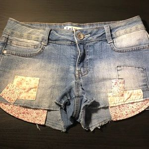 *FINAL PRICE* Floral patch denim shorts w/ fraying